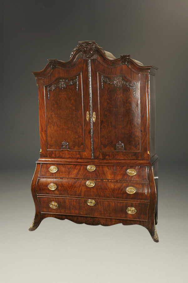 18th century Dutch Kabinet in Mahogany with Burl Veneer. Kabinets are a furniture piece particular to the Dutch, and always included blind upper doors that were used to store a mixture of china and linen.